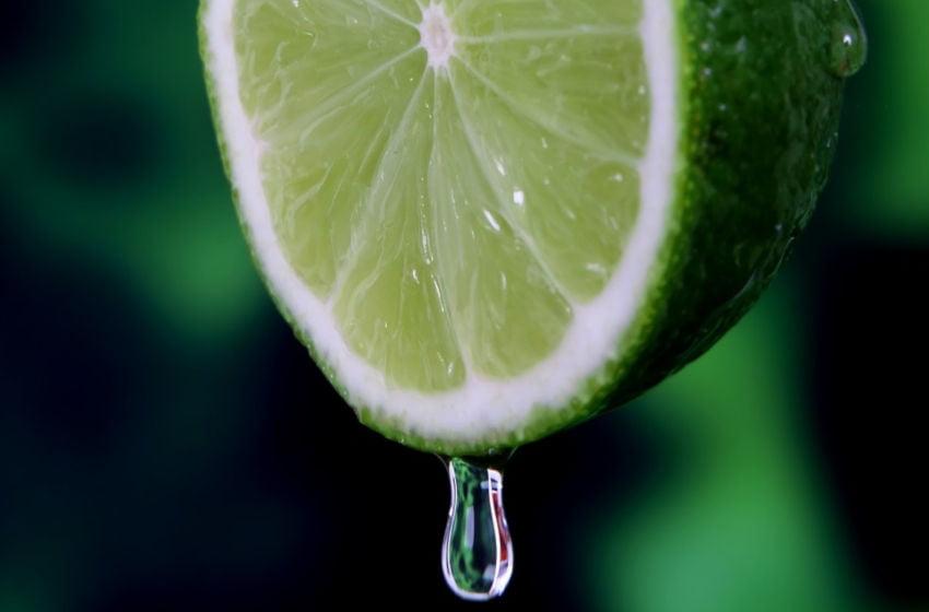 O que acontece com seu corpo quando você bebe água com limão todos os dias?