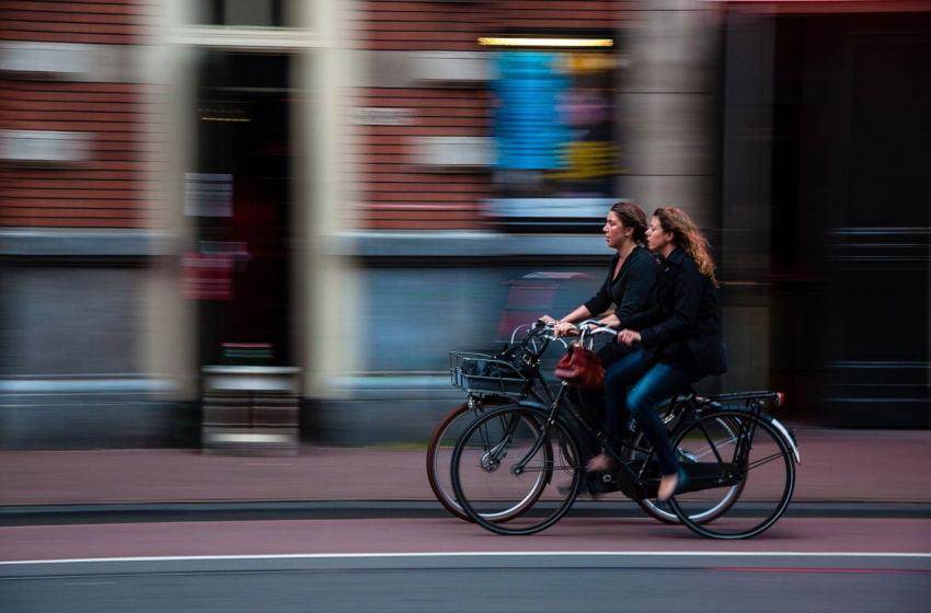 Bicicletas andando em uma ciclovia. Se desloque de bicicleta de vez em quando. Imagem: Pixabay