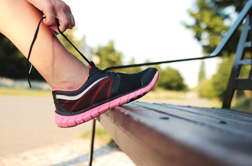 Uma pessoa amarra os tênis para se exercitar. O exercício físico também beneficia o cérebro. Imagem: Pixabay