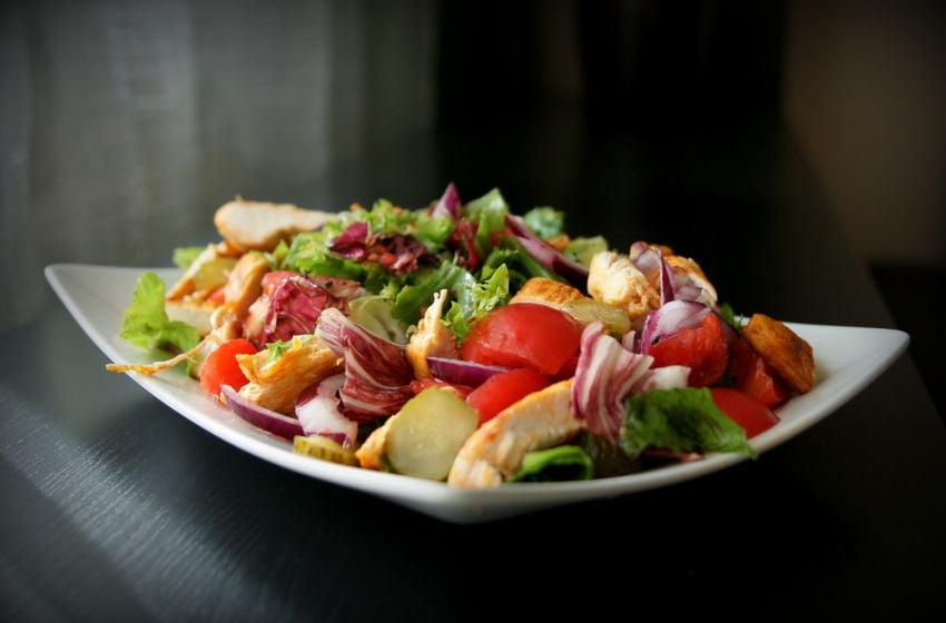 Um prato de salada bem colorida. Alimentação saudável. Imagem: Pixabay