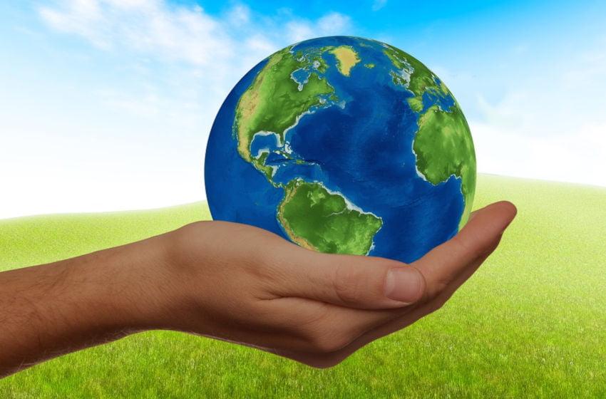Mão segurando o mundo. Torne-se mais consciente. Imagem: Pixabay